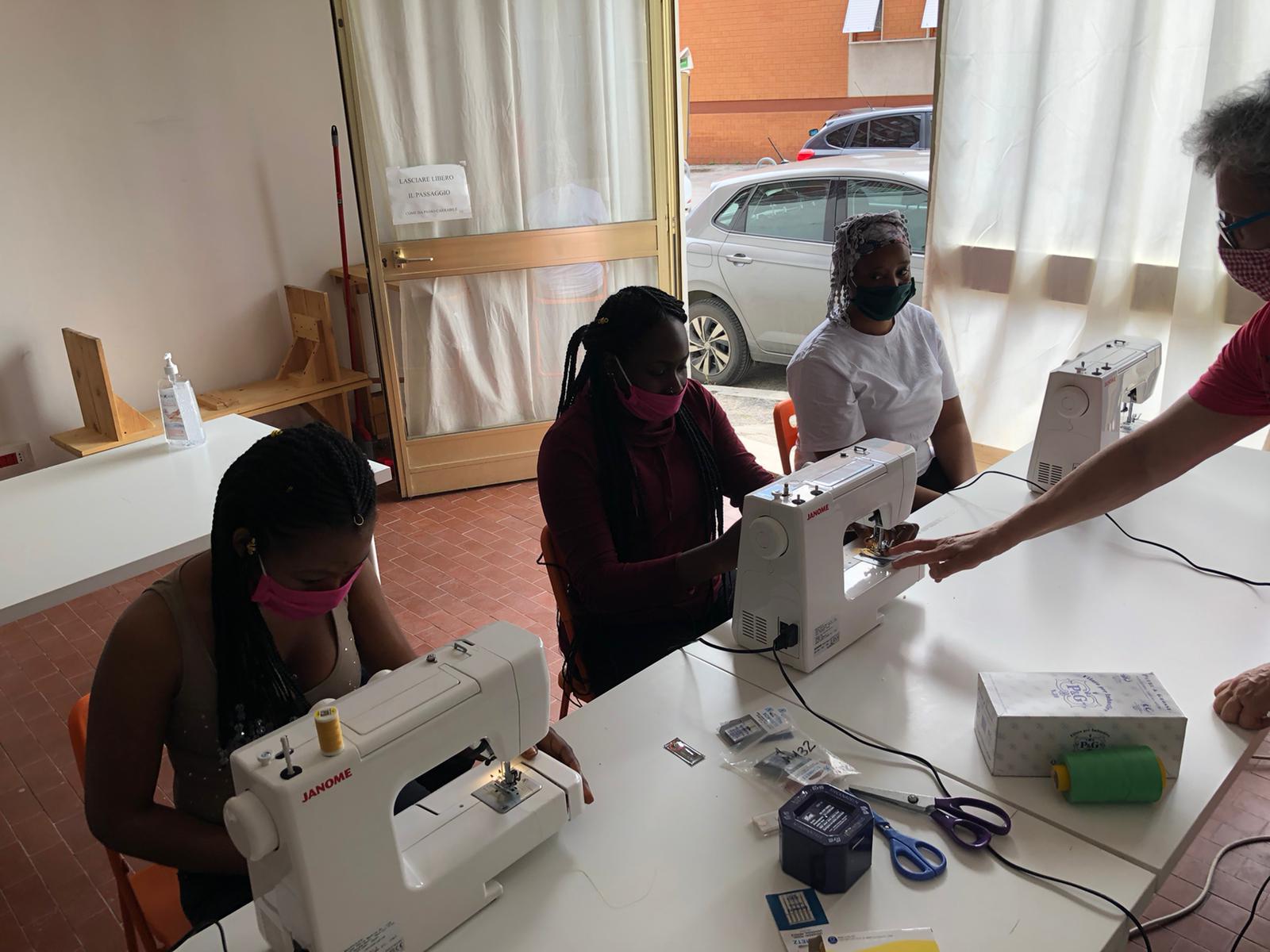 """Il laboratorio di sartoria artigianale del Progetto """"MaceratAccoglie"""""""